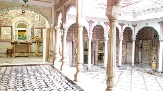 Murshidabad, India: Jiaganj Jain temple....