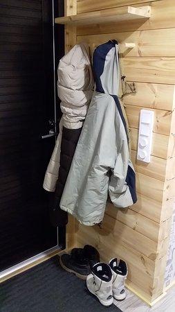 小小的玄關可以掛外套。