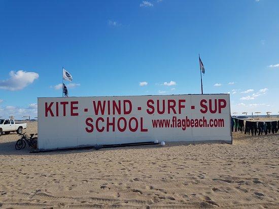 Flag Beach: Kite school