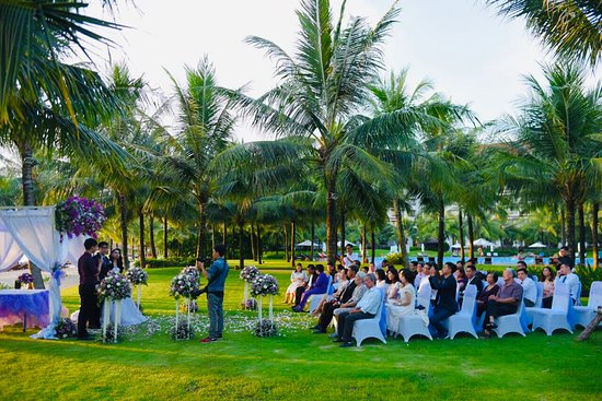 Vinpearl Resort & Spa Phu Quoc: A wedding by the poolside