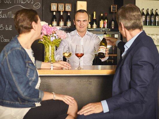Yvorne, Switzerland: Vins du mois, coups de coeur de moment, nombreux vins à déguster au bar.