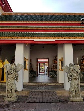 معبد بوذا المتكئ (وات فو): ワットポーの中