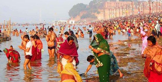 Benares est plus encienne ville du monde .Les pelerins sont entrains de prendre le bain sacree en riviere Ganges .