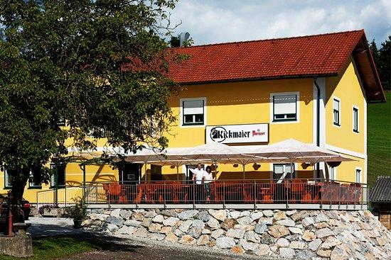Gasthaus Kickmaier: Der große Parkplatz und die geräumige Terrasse sind auch für Motorradfahrer bestens geeignet.