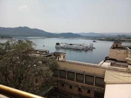 Udaipur est le plus Belle ville de Rajasthan. Udaipur est surnomme Ville blanche . Udaipur a deuxieme grand palais de l'inde . Belle vue