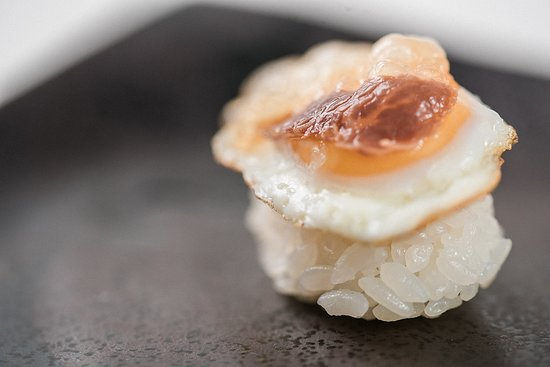 Sushi de huevo de codorniz con velo ibérico