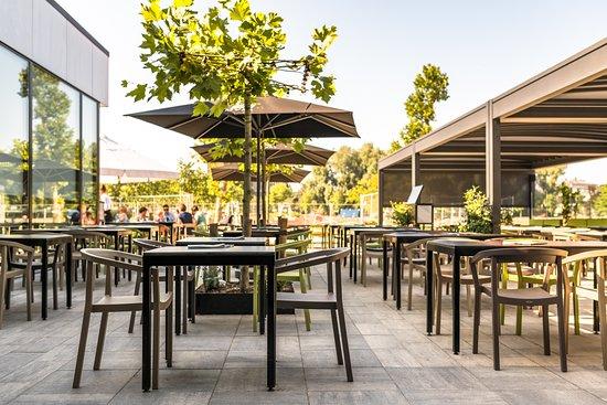 Theatercafe: Zonnig terras met zicht op de buitenspeeltuin