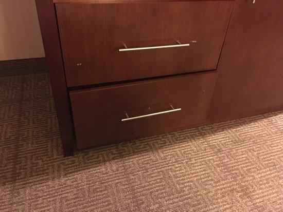 Townhouse Buffalo International Airport: Broken dresser drawer