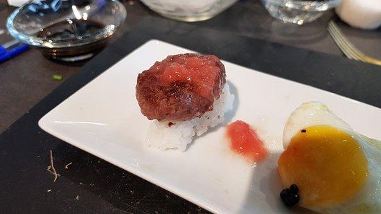 Nigiri de hamburguesita con tomate rallado