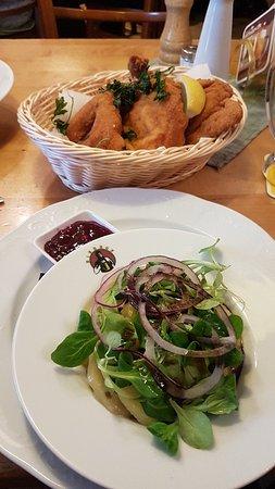 Backhuhn mit Vogerl-Erdäpfel-Salat