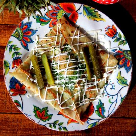 Crepa al estilo ruso rellena de salami, queso y huevo