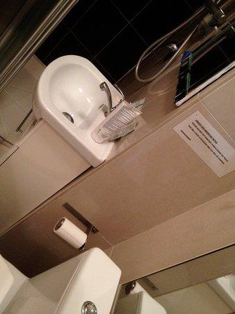 Dylan Apartments Paddington: Lavabo ou plutôt lave main de WC?