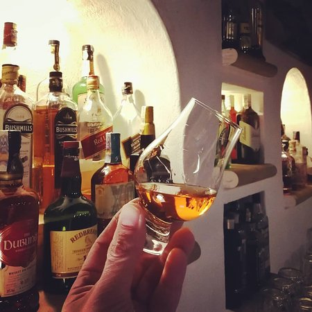 Ochutnejte širokou nabídku rumů a whiskey v originálních skleničkách Glencairn.
