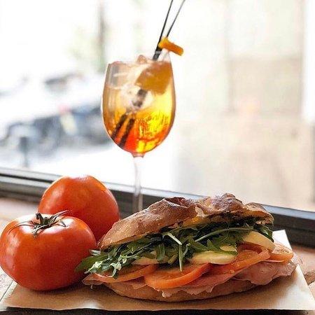 Schiacciata 'Veggie' con tomate , rúcula y mozzarella