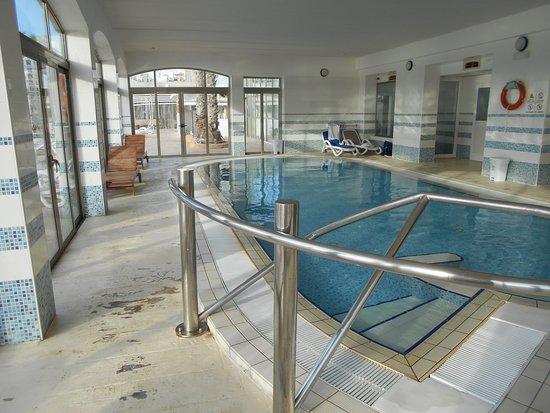Cavalieri Art Hotel: Betonboden wurde mehrmals übergestrichen, Farbe blättert ab.