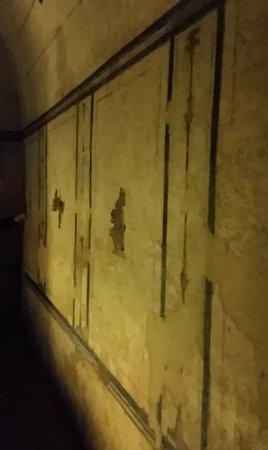 All'interno della camera mortuaria della Piramide Cestia