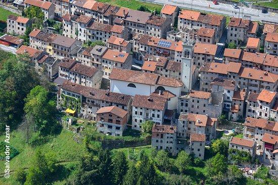 Фриули-Венеция-Джулия, Италия: Foto aérea del pueblo de Erto con las casas colgando en las laderas de las montañas alpinas, en la región de Friuli-Venezia-Giulia