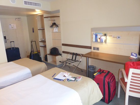 Holiday Inn Express Zurich Airport: Plenty of Flat Space for Storage