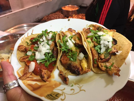 Orden de tacos al pastor (carne de cerdo al trompo) con piña, acompañados con salsa de chile guajillo, salsa de mango picante, salsa de tomatillo verde, cilantro y cebolla blanca