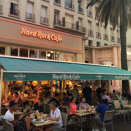 Hard Rock Cafe: Полное разочарование.  Это самый худший HRC из тех что я был. Дорого, маленький зал, всего 4 артефакта в рамочках, что совсем не относится к рок культуре. Забегаловка.