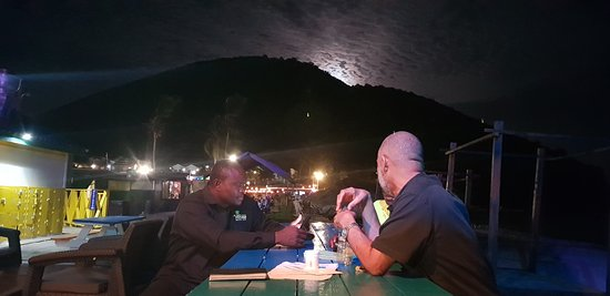 Vibes Beach Bar & Grill: Full moon and dinner on the deck