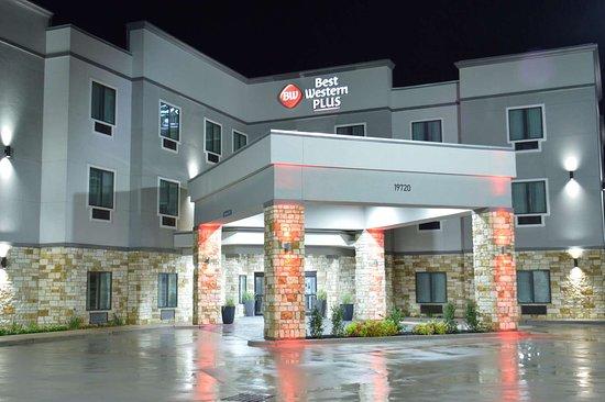 Waller, Техас: Hotel Exterior at Night