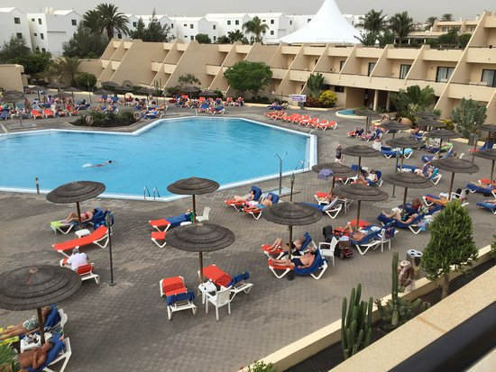 Hotel Coronas Playa: A view from my balcony of the pool