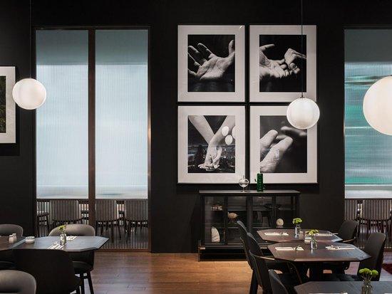 牆面裝飾有手的各種型態照片