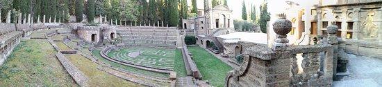 Montegabbione, Italie: incantevole, ma quel buffone mandatelo al circo..