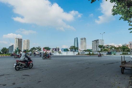 Da Nang, Vietnam: Дананг, Вьетнам. Очень красивый, современный город. Все зелено. хорошие пляжи, хорошие гостиницы на любой вкус и кошелек. Показываем город. тел и ватсап для контакта +84 899 952 672. Если нужно то покажу рынки с едой и многое другое. Можете найти меня в феисбуке.