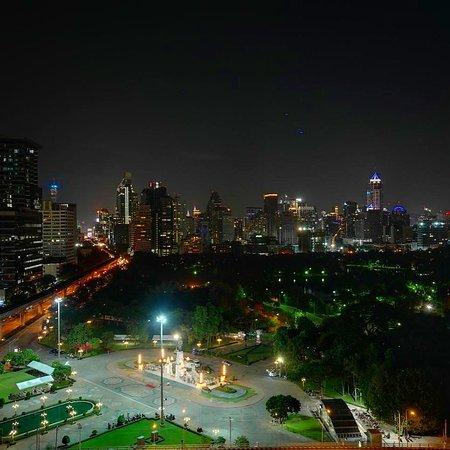 На сегодняшний день Бангкок - это первый город в мире по количеству туристов, прилетающих с разных концов света. Здесь можно найти все, даже снег, который так мечтали увидеть наши дети. Стеклянные небоскребы вперемешку с трущобами, колоритные плавучие рынки и неоновые вывески Чайнатауна, резиденция короля с караульными в нарядной форме, речные трамваи, главные тайские храмы и симпатичные туристические улочки – все это Бангкок. На фото - вид на парк Лумпхини с отеля Дюсит. #бангкок