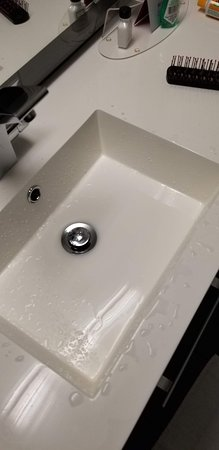 Crowne Plaza Seattle Airport: Sinks are so poorly designed, Water splashes back at you . So if you brush your teeth , all that you spit splashes back at you .