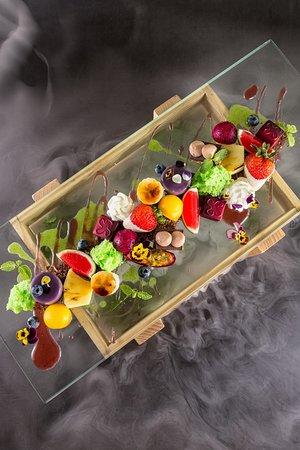 Coast Bar & Grill:  绿野仙踪——精致的手工甜品拼盘,所有甜品均为厨师亲手制作,因为摆盘和干冰的效果像极了一座秘密的花园,遂得名