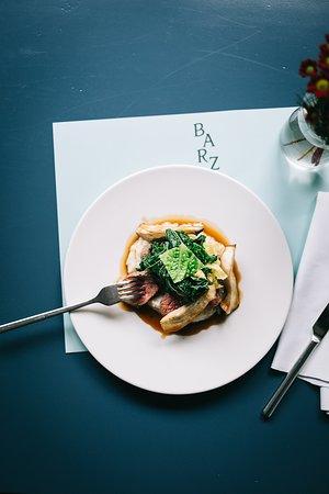 Restaurant Barz: Rosa gebratene Scheiben vom Schweizer Weiderind auf Riebelmaispolenta und Kräuterseitlingen