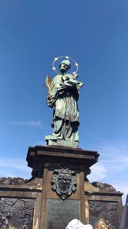 На каждом шагу на мосту явно католические скульптуры. чтобы жители запомнили, что они католики?