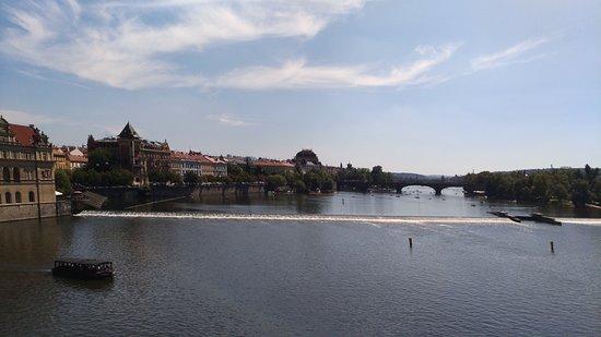 Влтава мелкая река. Пороги пересекающие реку оживляют вид.