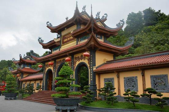 Uong Bi, Việt Nam: Pagoda Ba Vang. El complejo donde se asienta es muy grande por lo que se necesita algún tiempo para la visita.