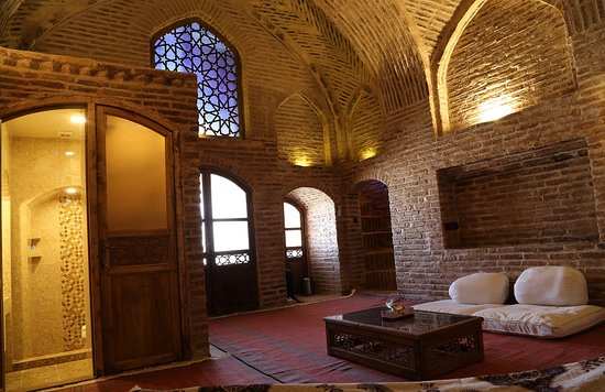 Kouhpa Caravanserai Hotel: MINISTER rooms has a 2 single bed down to the room and a double bed up to the balcony. more like family room including the bathroom inside