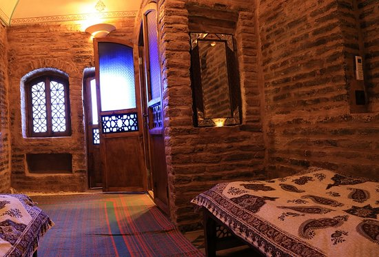 Kouhpa Caravanserai Hotel: SHaB Neshin (suite rooms) with DBL and TWIN beds.  including the bathroom inside
