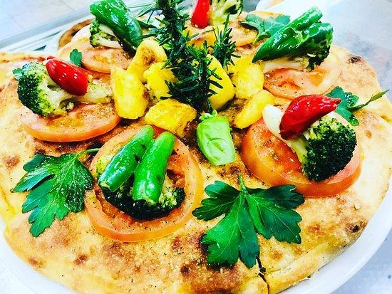 Torta calabrese con broccoli, salsiccia, patate e mozzarella