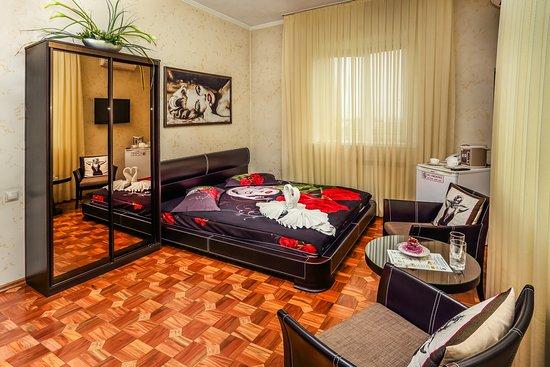 Monroe Hotel:  номере: система кондиционирования, двуспальная кровать с ортопедическим матрацем, TV-плазма, холодильник, потер, стол, два стул-кресла, шкаф-купе, доступ к беспроводной сети интернет (Wi-Fi), телефон, халат, тапочки, фен, ванная комната с туалетными принадлежностями.