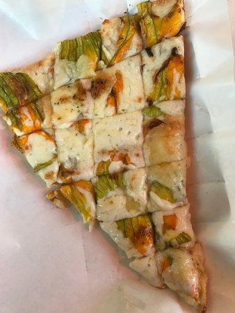 pizza con fiori di zucca
