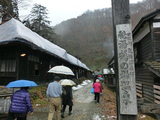 鶴の湯の入り口、観光客でr浴場は一杯