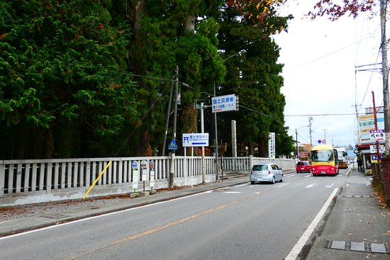 Kitaguchi Hongu Fuji Sengen Jinja Shrine: 北口本宮冨士浅間神社の前の道路。この画面の右側にある駐車場がお勧めです。