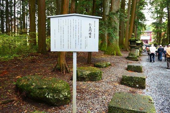Kitaguchi Hongu Fuji Sengen Jinja Shrine: かつて仁王門があった場所のようです。その門のあった礎石が見れます。