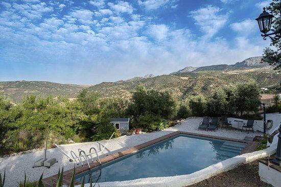 Riogordo, Spain: Zwembad niet kijkend op de kamers iets afgelegen daardoor erg prive met uitzicht op de bergen van Alfernate