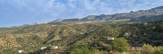 Riogordo, Spain: De bergen van Afernate moet je beetje naar rechts kijken maar zijn ze niet wonderschoon
