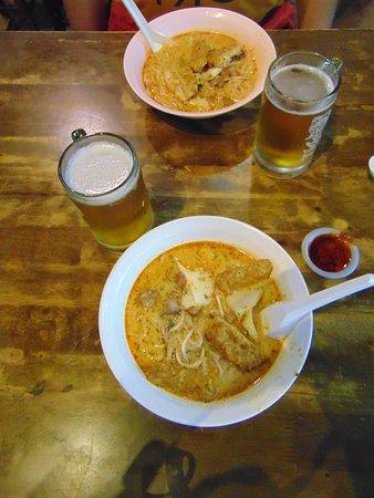 Lau Pa Sat: Tradycyjna laksa z piwem