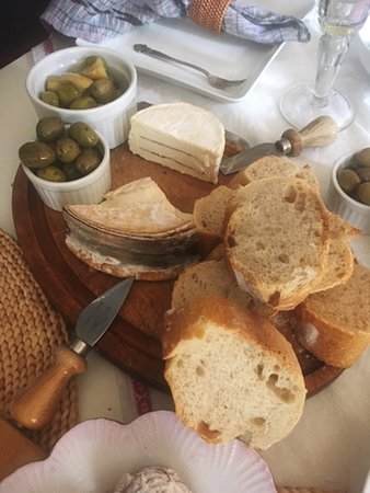 Cheese, bread, olives ansd of coure wine. A great apéro.