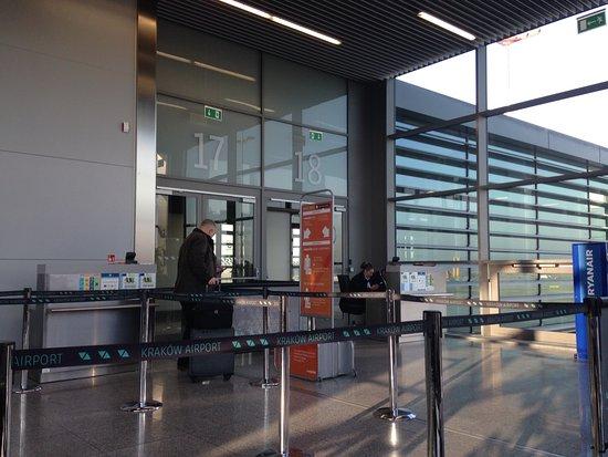 easyJet: Boarding gate at Krakow